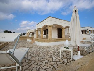 2 bedroom Villa with Air Con, WiFi and Walk to Beach & Shops - 5392674