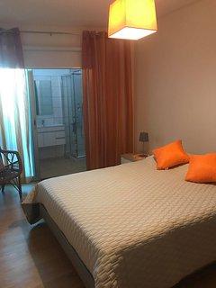 Chambre 2 grand matelas très confortable avec suite salle de bain complète et accès terrasse