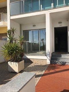 L'entrée immeuble. Appartement RDC gauche avec balcon