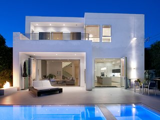 West Hollywood Modern Luxury Home with Bright Beautiful Interior, Pool + Hot Tub