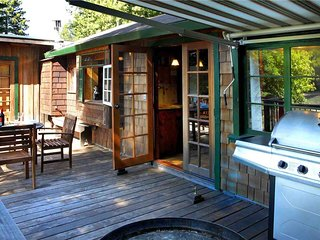 CABERNET COTTAGE: Riverfront | Woodstove | Hot Tub