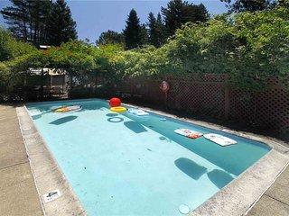 STAY AWHILE: Walk 2 Town | Hot Tub | Seasonal Pool