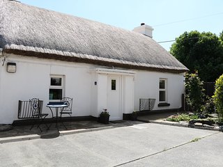 WHISPERING WILLOWS - THE THATCH, luxury thatched cottage, romantic retreat, mult