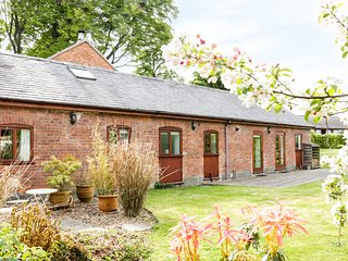 KERRY RIDGE BARN, exposed beams, dog-friendly, countryside views, Ref 956079