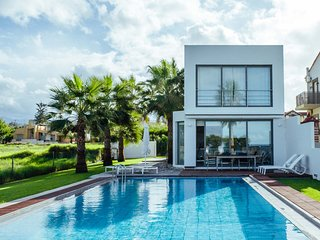 Blue Sea villa/ a spacious seafront villa in Maleme