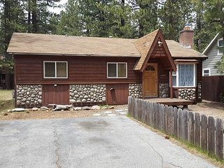 Super Cute Cabin w/Large Fenced in Backyard and Pet Friendly! Close to it All!