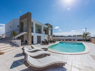 6 bedroom Villa with Pool, Air Con and Walk to Beach & Shops - 5802819