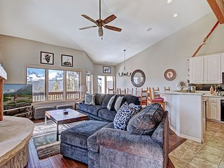 Spacious Townhome with Stunning Views and a Private Outdoor Hot Tub-Near Shuttle