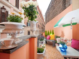 Lovely flat w/Balcony near Trevi Fountain