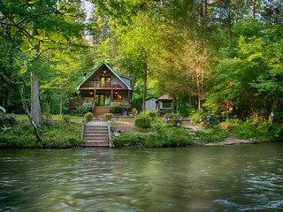 ROMANTIC TROUT FISHING CABIN – REALLY! HotTub, FirePit, Blue Ridge, River Mist