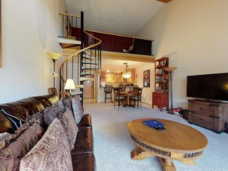 NEW LISTING! Cozy condo w/ sharedp hot tub, fireplace, loft & deck - ski nearby!