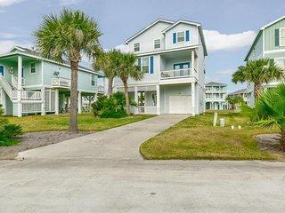 NEW LISTING! Gulf view home w/deck, pools & hot tub, beach - 2 dogs OK!