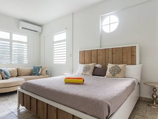 8 Bedroom beach house, 15 steps from the beach