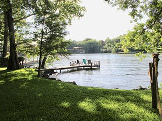 Cozy, peaceful lakefront cabin, comfortable back porch, shady yard Lake Dunlap