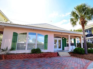 Emerald Villa! Family friendly beach house!