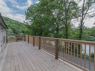 Beautiful and newly renovated river front cabin in the heart of Confluence!