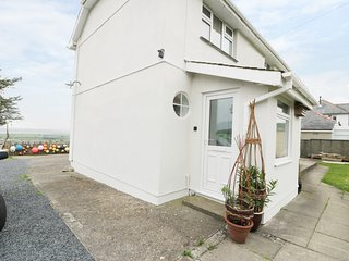 CEG Y BAR BACH, easy access to beach, semi-detached, in Llandanwg, Ref 957667