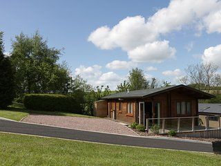 HILL VIEW LODGE 3, rural views, open-plan living,