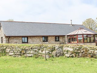 JOLLS GROUND BARN, games room, great views, 3 bedrooms, near Launceston, Ref 943