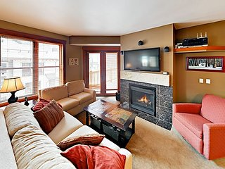 Remodeled Mountain-View 2BR w/ Balcony, Pool & Hot Tub — 125' to Ski Lift