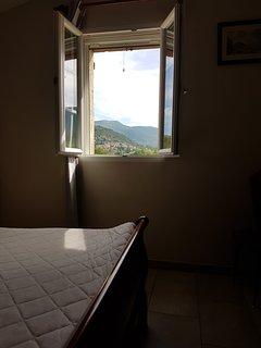 Chambre avec vue sur Montbrun les bains.