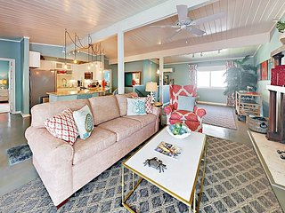 Charming 2BR Beach-Chic Cottage w/ Screened Porch - Blocks from Seawall