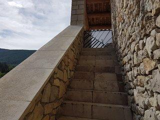 Un portillon ferme la terrasse pour empêcher les enfants et les chiens de sortir.
