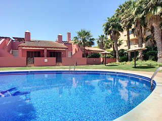 End house, free wifi, large terrace, communal pool.