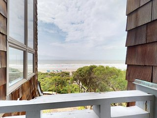 NEW LISTING! Elegant penthouse w/ beach access, golf, tennis, and stunning views