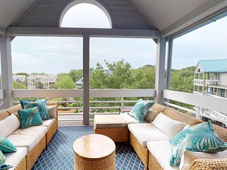 Welcoming condo w/ furnished deck, shared pools, & gym - close to the beach