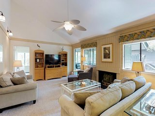 Lagoon view home w/ a lovely deck & a screened porch - walk to the beach!