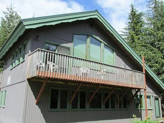NEW LISTING! Spacious condo w/ fireplace, entertainment & easy access to skiing!
