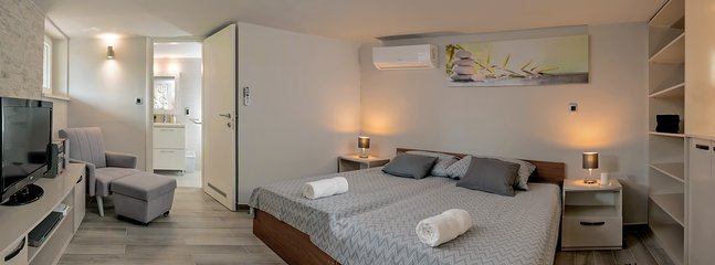 Bedroom 3 with 2 single beds and entrance to the bathroom 2