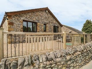 BECKSIDE BUNGALOW, dogs welcome, holiday park, on -site facilities, near Pooley