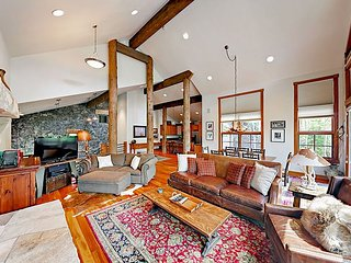 Luxe 4BR/4.5BA on Golf Course w/ Hot Tub & Mountain Views, Steps to Skiing