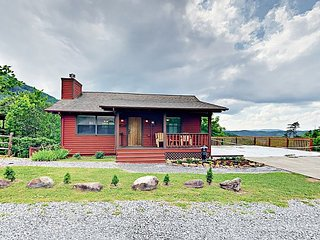 Cozy 3BR/3BA Cabin w/ Mountain Views & 2 Decks – 4 Mins to National Park