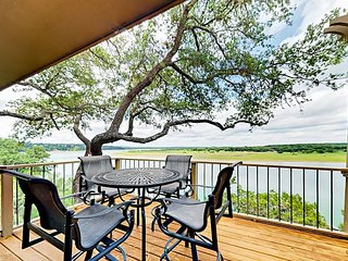 Refined 3BR Panoramic Paradise on Lake Travis with Boat Launch