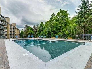 Cozy ski condo w/ mountain views & shared pool, hot tub, & sauna