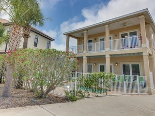 Comfy, spacious home w/ balcony & private and shared pools - 3 blocks to beach