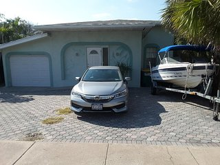 Pelican Villa - Across the street from the beach!