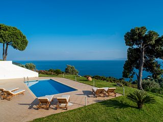 Skiathea Villas is a luxury complex of villas located in Skiathos