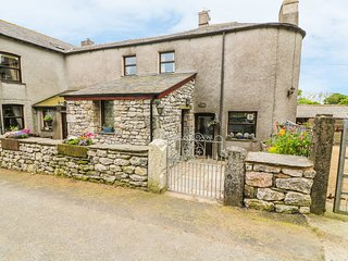 HORRACE FARM COTTAGE, woodburning stove, pet-friendly, patio, in Pennington, Ref
