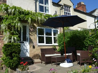 17 RIVERSIDE, homely accommodation, lovely gardens, central location, in Oakamoo