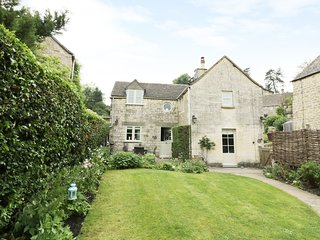 BLUEBELL COTTAGE, woodburner, open plan, garden with patio, in Minchinhampton