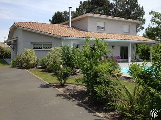 Grande villa familiale contemporaine de 230 m2 avec piscine chauffee