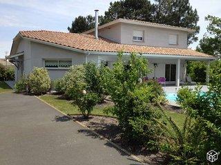 Grande villa familiale contemporaine de 230 m2 avec piscine chauffée