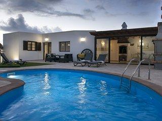 Villa con piscina en un entorno rural