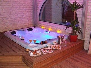 Chambre romantique avec un spa jacuzzi privatif interieur