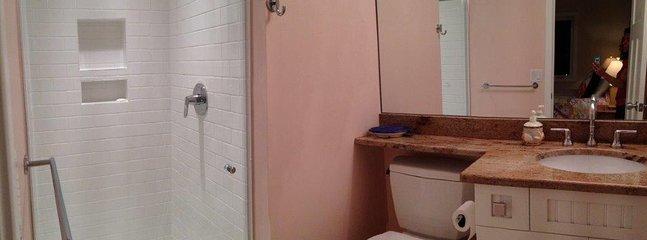 'Queen' bedroom en suite bath