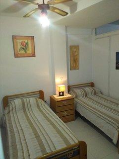 Dormitorio doble con ventilador de techo y armarios